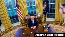 Президент Трамп Оқ Уйдаги иш хонасида.