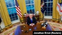 Președintele Donald Trump răspunzînd în biroul oval întrebărilor agenției Reuters, 11 decembrie 2018