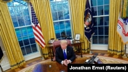 Trump u Ovalnoj kancelariji Bijele kuće