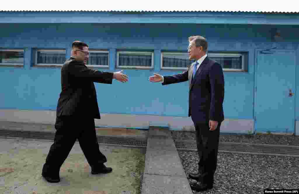Оңтүстік Корея президенті Мун Чже Ин Корей түбегін бөліп тұрған демаркация сызығында Солтүстік Корея президенті Ким Чен Ынмен кездесті.