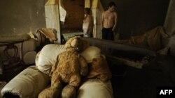 Жители Крымска осматривают свой дом после наводнения