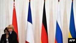 Прапори України, Росії, Німеччини, Франції і Білорусі у резиденції президента Білорусі в Мінську, 11 лютого 2015 року
