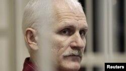 Белорусский правозащитник Алесь Беляцкий на суде. Минск, 2 ноября 2011 года.