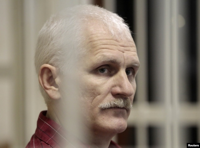 Ales Byalyatski in a Minsk courtroom in November 2011