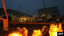 Рига: в ночь на 23 ноября горели поминальные свечи около обрушившегося здания супермаркета, где погибли 52 человека