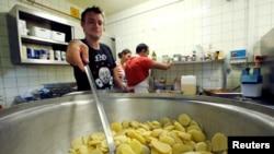 Voluntari și refugiați la un adăpost pentru migranți în Germania