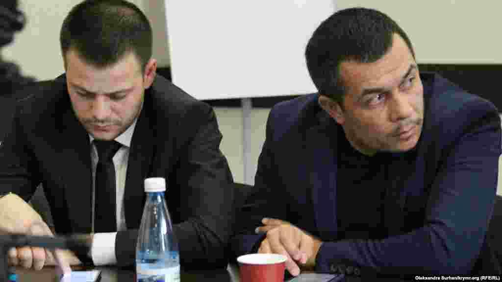 "Advokatlar Emil Kurbedinov ve Ayder Azamatov mahsus blokka qoyulğan mabuslar aqqında aytıp berdi. Bu - daimiy video közetüvinen eki adamlıq apis odası. Advokatlar aytqanına köre, birinci Bağçasaray ""Hizb ut-Tahrir davası""nıñ iştirakçisi Enver Mamutovnı apiste mahsus blokqa avuştırdılar, ekinci Bağçasaray ""davası""nıñ iştirakçisi Ernes Ametov ise endi bir aydan ziyade Aqmescit SİZOsınıñ mahsus blokında buluna."