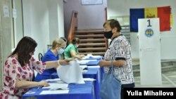 На одном из избирательных участков в Кишиневе, 11 июля 2021 года.