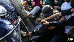 Сутички між мігрантами і поліцію в Ідомені, Греція, 7 квітня 2016 року