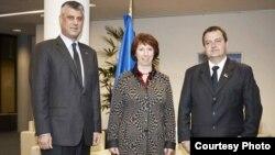 Архивска фотографија: Косовскиот премиер Хашим Тачи, Високиот претставник на ЕУ за надворешна политика и безбедност Кетрин Ештон и премиерот на Србија, Ивица Дачиќ во Брисел.
