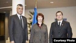 Архивска фотографија: Косовскиот премиер Хашим Тачи, шефицата за надворешна политика на ЕУ Кетрин Ештон и српскиот премиер Ивица Дачиќ во Брисел.