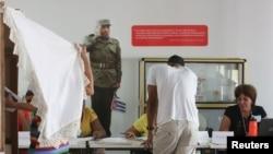 Гражданите на Куба гласуваха под погледа на портрети на покойния президент Фидел Кастро в изборните секции.