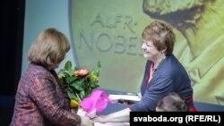 Юлія Чарняўская віншуе Сьвятлану Алексіевіч