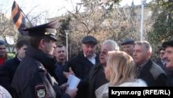 Сторонники роспуска горсовета Ялты общаются с полицией