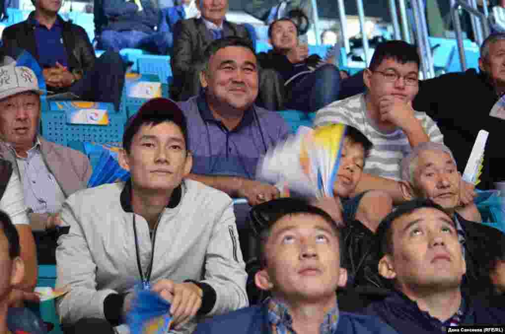 Среди зрителей было мало зарубежных гостей, поэтому казахстанские спортсмены получали наибольшую поддержку из зала. Также бурными аплодисментами встречали спортсмена Серика Бердимуратаиз Монголии.