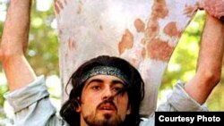 احمد باطبی، به دليل انتشار عکسی با پيراهنی خونين، ابتدا به اعدام محکوم شد، اما اين حکم بعدا تقليل يافت.