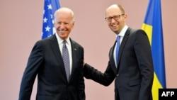 Joe Biden (majtas) gjatë takimit me Arseniy Yatsenyuk