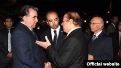 Премьер-министр Пакистана Наваз Шариф (справа) встречает президента Таджикистана Эмомали Рахмона (слева) в аэропорту Исламабада, 11 ноября 2015 года.