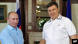 July 12: Russian President Vladimir Putin meets with Ukrainian President Viktor Yanukovych in Yalta.