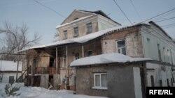 Разрушающееся историческое здание (дом генерала Мартынова), которое находится под охраной государства. Уральск, 6 января 2019 года.