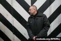 Мікалай Аўтуховіч каля брамы турмы