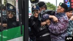 Polis müxalifət tərəfdarını saxlayır