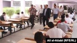 طلاب في مركز إمتحاني بذي قار