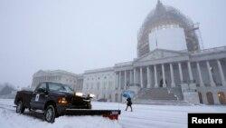 Легкий снежок выпал в Вашингтоне во вторник 6 января в первый день работы Конгресса нового состава