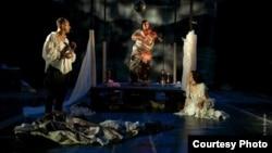 Актерите Ѓорѓи Јолевски, Звездана Ангеловска и Дарја Ризова во претставата Госпоѓица Јулија на сцената на МНТ.