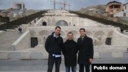 Հայաստան -- «Հզոր Թուրքիա» կուսակցության առաջնորդներ Բայբերս Օրսակը (ձախ), Թունա Բեքլեւիչը (կենտրոն) եւ Ռուդի Մերալը (աջից) Երեւանում` նախորդ այցելություններից մեկի ժամանակ