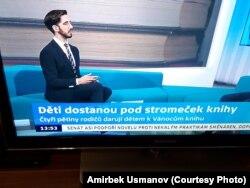 Чехияда ата-энелердин 83% Рождество майрамында балаты астына балдарына белекке китеп калтырганын маалымдаган жазуу. ČT24 телеканалы. 11-декабрь 2018-жыл.