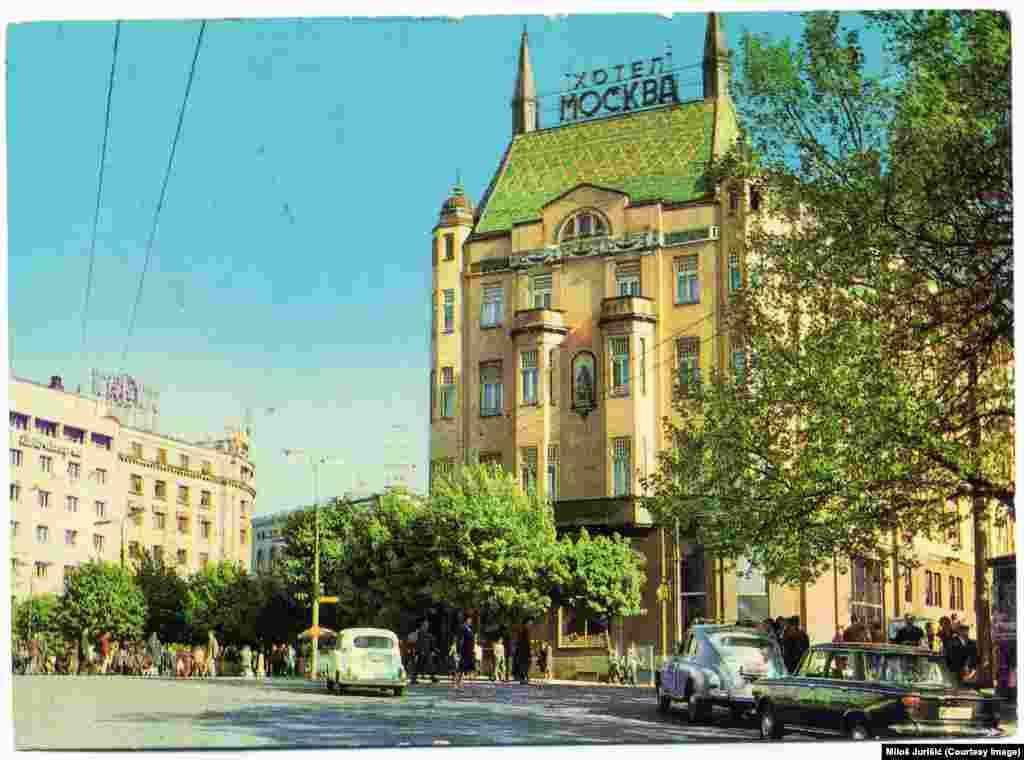 Najstariji beogradski Hotel Moskva (na fotografiji levo iz 1966. godine) koji još radi, kroz istoriju je bio svedok burnih dešavanja i promena u Beogradu. Tokom decenija svedočio je i izmenjenom izgledu svoje okoline.
