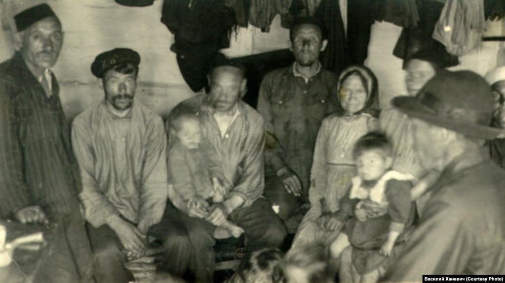 """Grupa """"naseljenika"""" u regiji Narjim iz 1930-ih."""