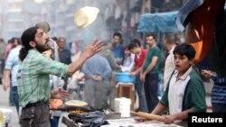 Мужчина печет хлеб на улице Алеппо, 25 октября 2016 года. Иллюстративное фото.