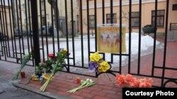 Цветы возле здания консульства Украины в Санкт-Петербурге