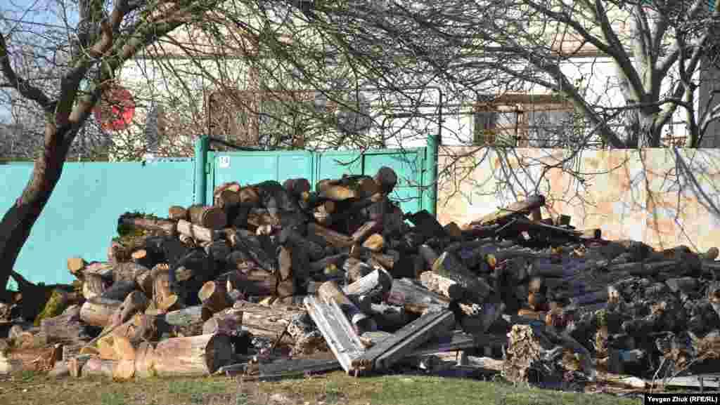 Запасы дров на зиму – газ в Россошанку не проведен, как и в остальные села Байдарской долины