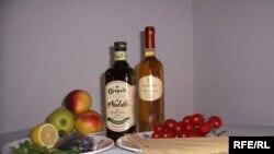 Основа середземноморської дієти: фрукти, овочі, паста і риба, оливкова олія та вино.