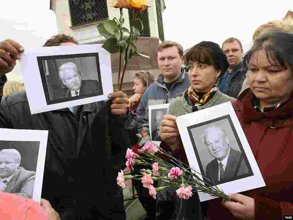 Russians line up outside Moscow's Christ the Savior Cathedral to pay their last respects to Yeltsin. Under communism, the cathedral was the site of a swimming pool, until in 1991 Yeltsin ordered it to be rebuilt. (TASS)