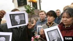 К Храму Христа Спасителя люди приходят с цветами и портретами первого президента России