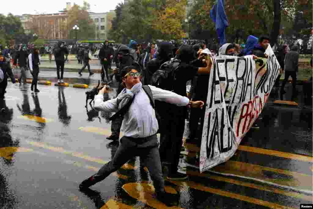 Те, в свою очередь, начали закидывать полицейских камнями