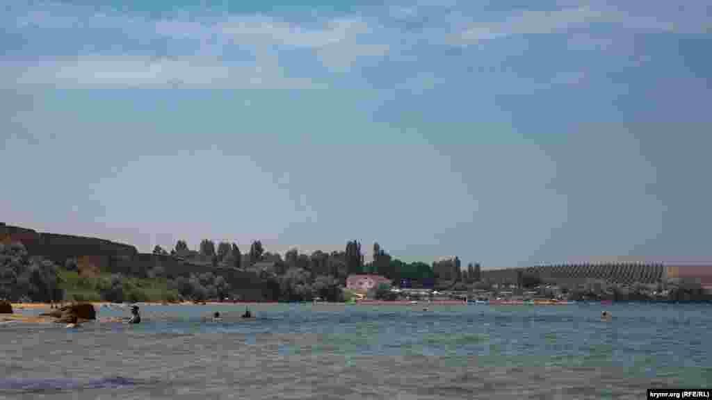 Від пляжної зони села Углове все того ж Бахчисарайського району (на дальньому плані). Далі за ним уже починається зона Севастополя