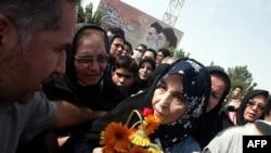 بر اساس گزارش سایت «کلمه»، افراد مهاجم گاز فلفل را از فاصله ۲۰ تا ۲۵ سانتیمتری به صورت خانم رهنورد پاشیدند که منجر به «تنگی نفس و نابینایی موقت» همسر میر حسین موسوی شد.