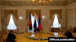 Կոնստանտինովյան պալատում հանդիպում են Ռուսաստանի, Հայաստանի և Ադրբեջանի նախագահներ Վլադիմիր Պուտինը, Սերժ Սարգսյանը և Իլհամ Ալիևը, Սանկտ Պետերբուրգ, 20-ը հունիսի, 2016թ.