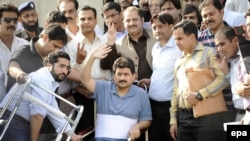 Geo journalist Hamid Mir (C, on wheelchair) was shot in April.