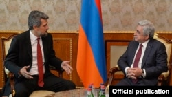 Armenia - President Serzh Sarkisian (R) meets with Turkish-Armenian parliamentarian Garo Paylan in Yerevan, 22Sep2017.