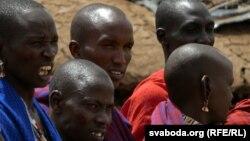 Масайскія мужчыны і жанчыны голяць галаву налыса