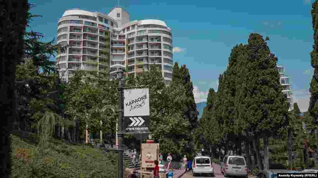 Над субтропической зеленью возвышаются элитные жилые комплексы. Квартиры в них одни из самих дорогих на всем ЮБК