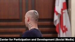 У одного из обвиняемых татуировка на черепе – паук и слово, в переводе с английского похожее на «Зло»