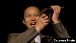 Сыйлық Сан-Франциско қаласында өткен салтанатты жиында Азаттық радиосы қазақ редакциясының директоры Едіге Мағауинге табыс етілді. Сан - Франциско, 3 қазан, 2009 жыл.