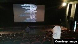 Финальные титры на экране после показа фильма «Оралман» в тегеранском кинотеатре. 24 апреля 2017 года.